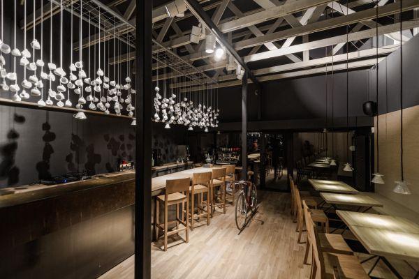 quán cà phê kết hợp bóng đèn
