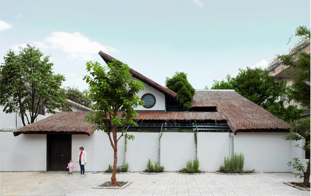 Nhà đầy đủ tiện nghi nhưng vẫn giao hòa với thiên nhiên nhờ khu vườn xanh mát, sân trong, giếng nước, hồ cảnh… Trên khu đất 800 m2, chủ nhà chỉ xây hơn 200 m2, dành phần lớn cho không gian ngoài trời.