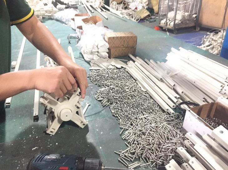 Lắp ráp mái hiên tại xưởng